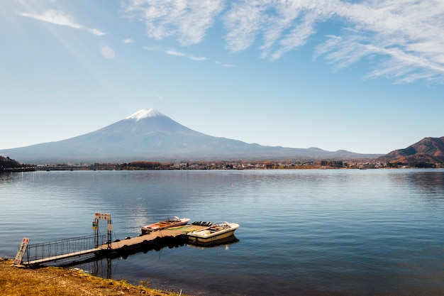 Fuji montanha e cais no lago kawaguchiko, japão