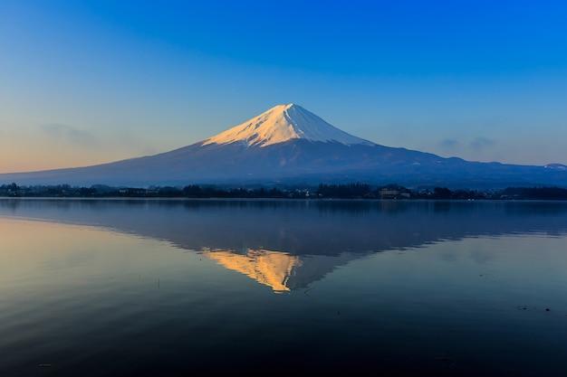 Fuji montanha e lago na luz da manhã