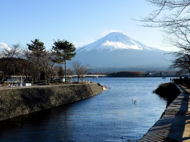 Fuji, montanha, ligado, céu azul, com, luz solar, em, a, outono, kawaguchiko, lago, japão