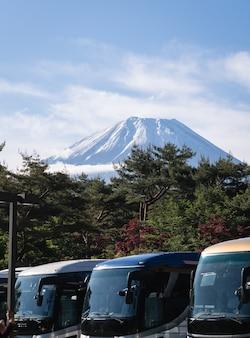 Fuji no início da manhã com o primeiro plano de estacionamento de ônibus na temporada verde