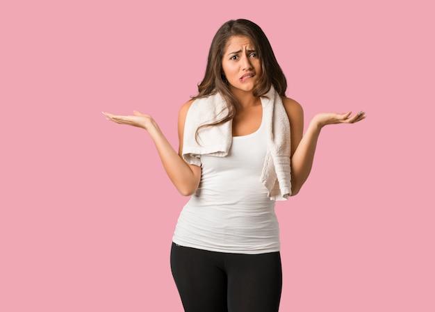 Full body fitness jovem mulher curvilínea confuso e duvidoso
