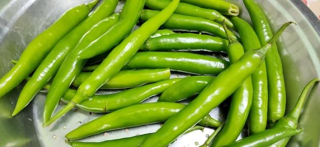 Full frame close up de um monte de pimentão verde brilhante e brilhante p