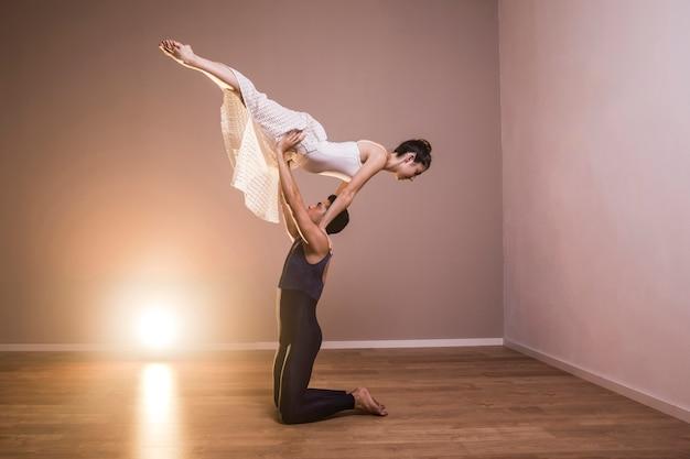 Full shot acrobático casal realizando