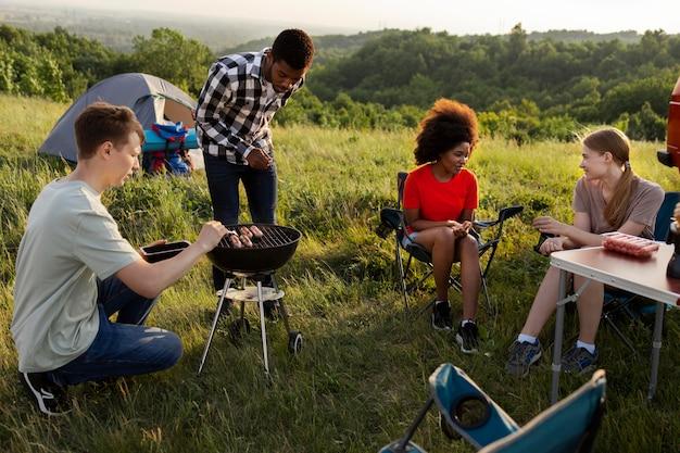 Full shot amigos acampando juntos