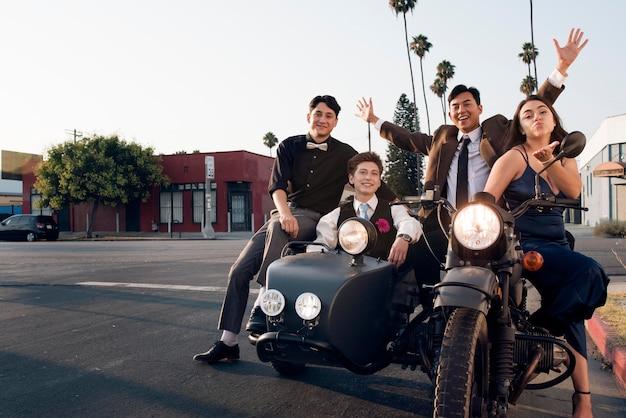 Full shot amigos com motocicleta