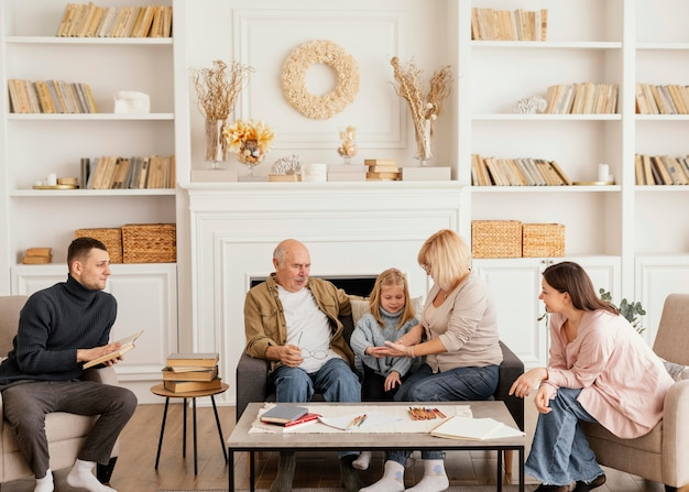 Full shot família feliz dentro de casa