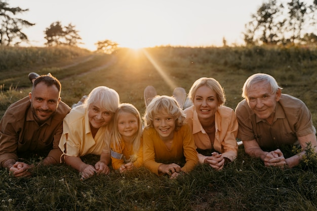 Full shot família feliz na grama
