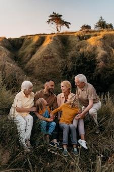Full shot família feliz na natureza