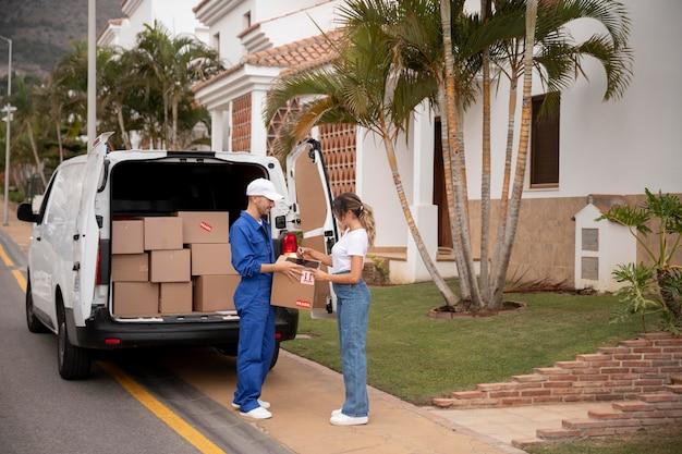 Full shot homem entregando caixa