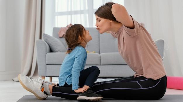 Full shot mãe treinando com criança