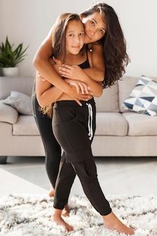 Full shot mulher abraçando uma garota