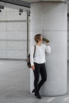 Full shot mulher bebendo café