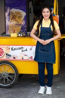 Full shot mulher com food truck