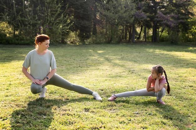 Full shot mulher e criança exercício