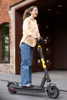 Full shot mulher em scooter