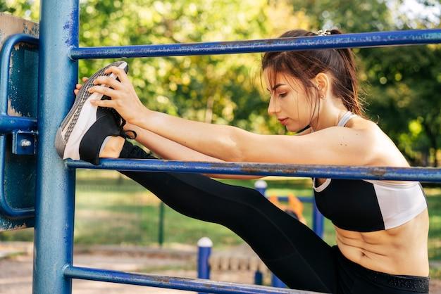 Full shot mulher esticando as pernas