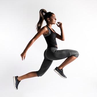 Full shot mulher exercitar dentro de casa
