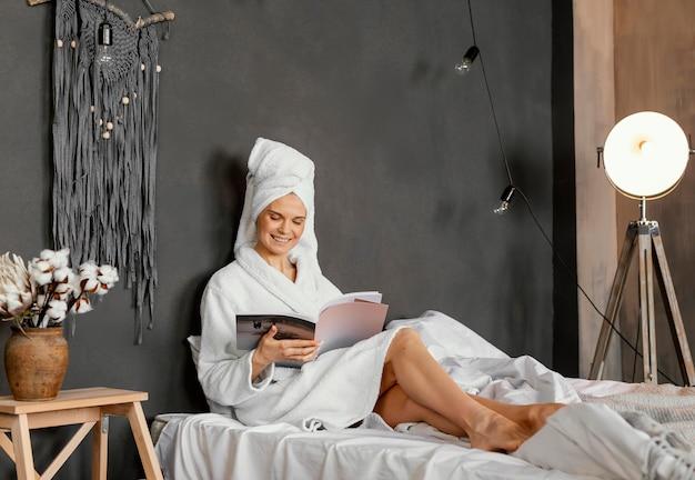 Full shot mulher lendo revista
