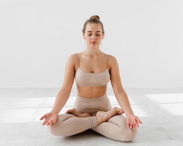 Full shot mulher meditando