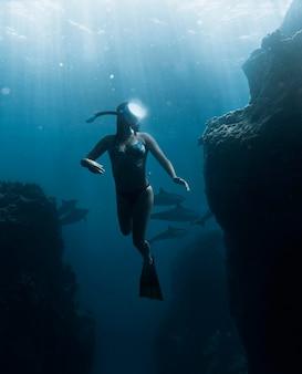 Full shot mulher mergulhando com equipamento