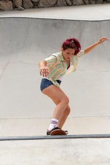 Full shot mulher no skate