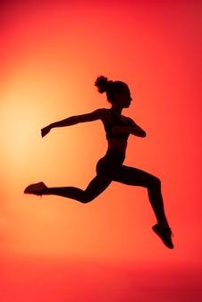 Full shot mulher pulando
