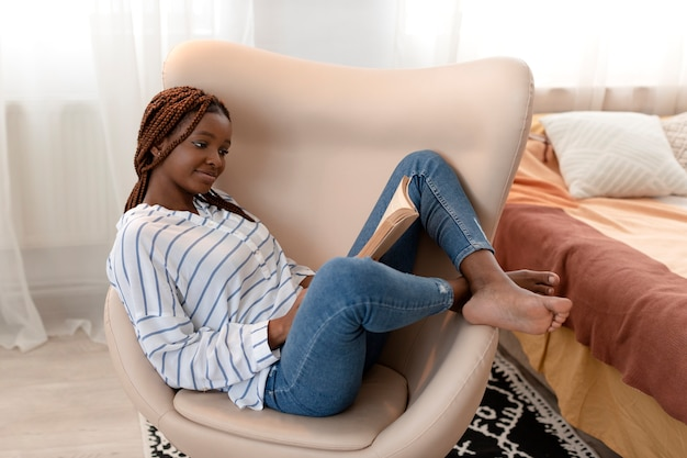 Full shot mulher relaxando em casa