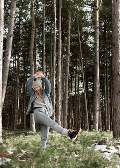 Full shot mulher se divertindo na natureza