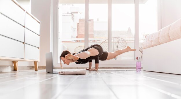 Full shot mulher se exercitando em casa