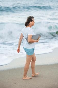 Full shot mulher segurando uma toalha