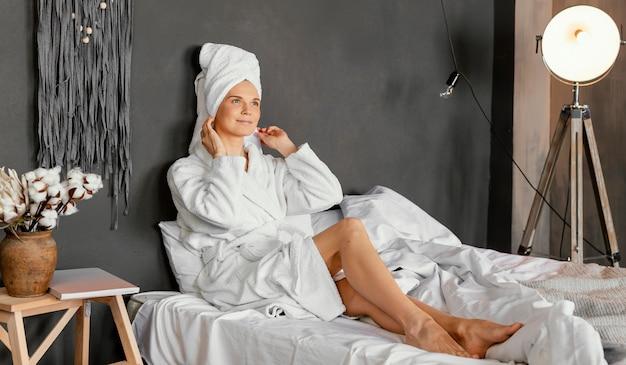 Full shot mulher sentada na cama