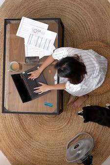 Full shot mulher trabalhando remotamente