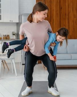 Full shot mulher treinando com criança