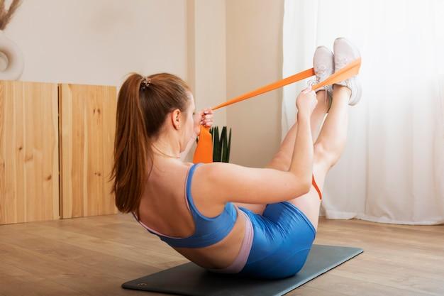 Full shot mulher treinando com elástico
