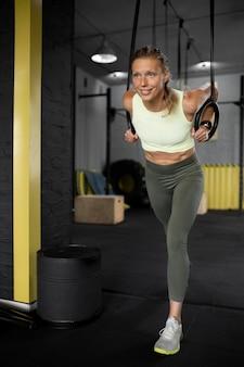 Full shot mulher treinando