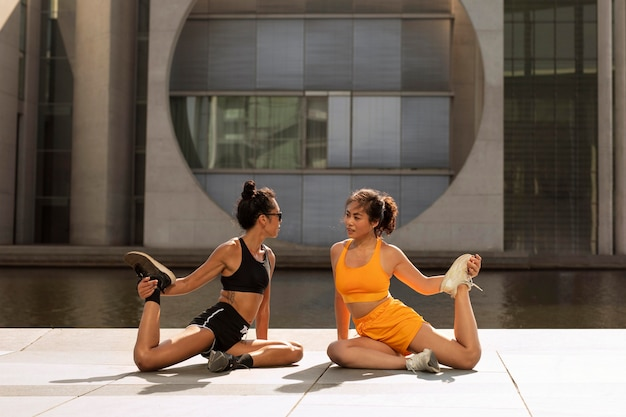 Full shot mulheres se exercitando juntas