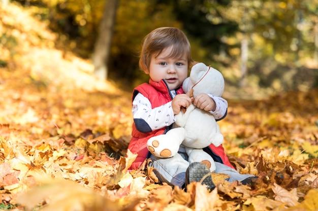 Full shot pequeno bebê abraçando brinquedo