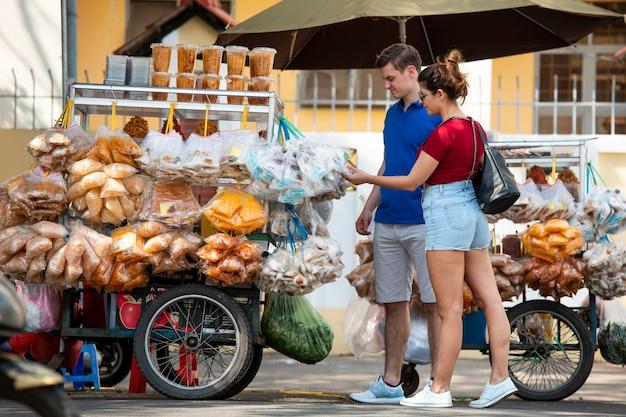 Full shot pessoas olhando para comida