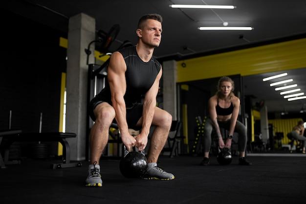 Full shot pessoas treinando na academia