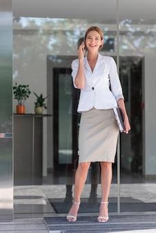 Full shot sorridente mulher de negócios