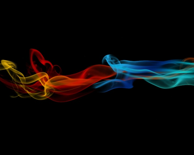 Fumaça abstrata colorida sobre fundo preto