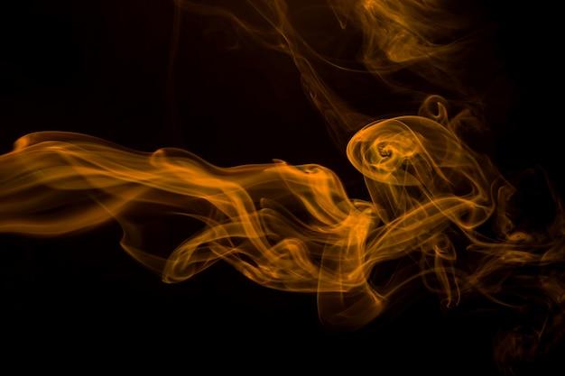 Fumaça amarela sobre fundo preto, tinta amarela