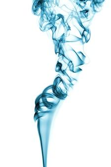 Fumaça azul clara e escura isolada em branco