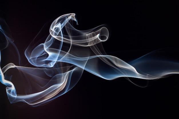 Fumaça azul e branca em fundo preto