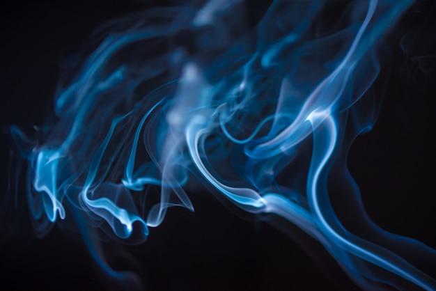 Fumaça azul em fundo preto