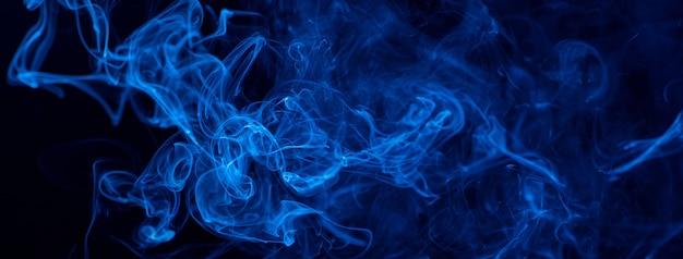 Fumaça azul em um fundo preto