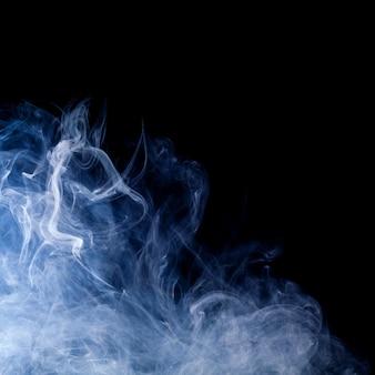 Fumaça azul girando sobre fundo preto