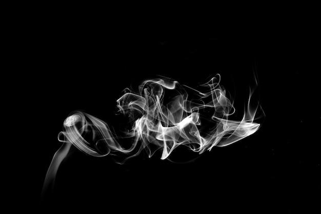 Fumaça azul isolada em um fundo preto. modelo para design