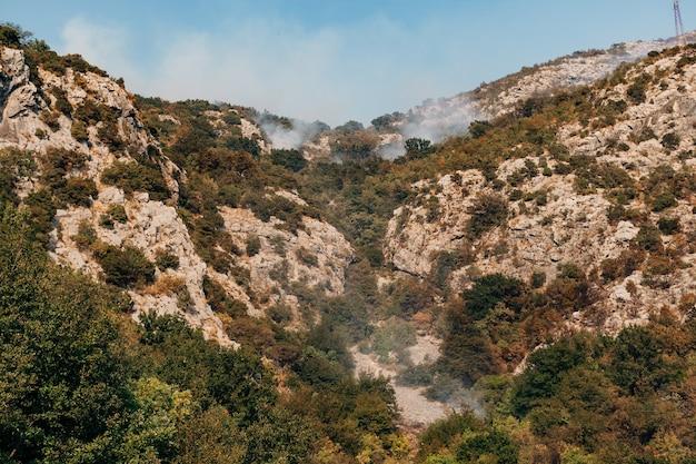 Fumaça branca de um incêndio florestal nas montanhas de montenegro