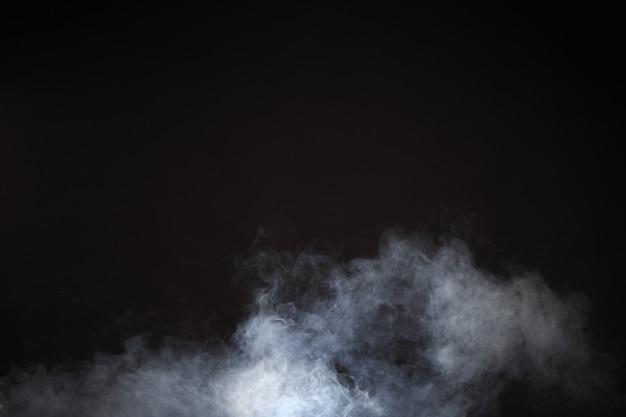 Fumaça branca e nevoeiro no fundo preto, nuvens de fumaça abstratas